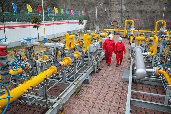 CNPC workers inspect a natural gas pipeline in February 2018 in Guiyang, Southwest China's Guizhou province.