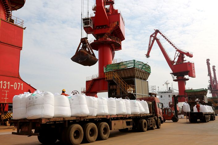 Dock workers unload potash imported from Liberia on March 6 in Lianyungang, East China's Jiangsu province.