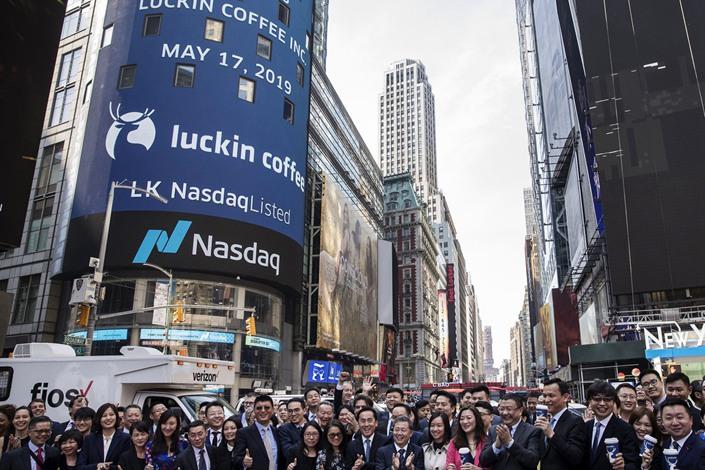 Luckin Coffee's IPO outside the Nasdaq MarketSite in New York in 2019.  Photo: Bloomberg