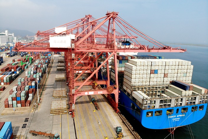 A freighter unloads imported goods on July 14 at the Lianyungang Port container terminal in East China's Jiangsu Province.