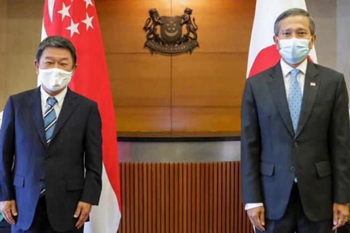 Japanese Foreign Minister Toshimitsu Motegi, left, and Singaporean Foreign Minister Vivian Balakrishnan meet Aug. 13 in Singapore. Photo: Singapore's Ministry of Foreign Affairs