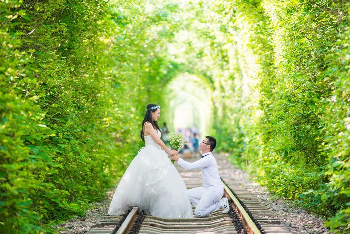 A couple from Nanjing takes wedding selfies.