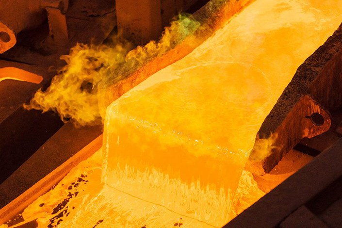 Molten copper pours into an anode casting wheel at the Aurubis AG metals plant in Hamburg, Germany. Photo: Bloomberg
