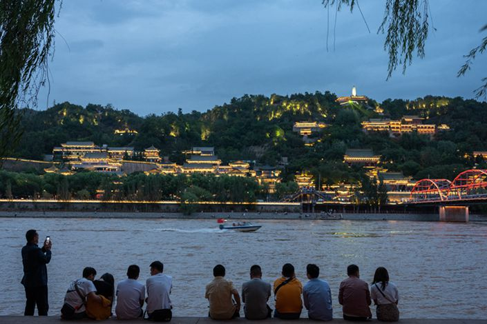 On an evening evening in May, people in Lanzhou flock to the banks of the Yellow River to enjoy the cool weather. Photo: Guo Xianzhong/Caixin