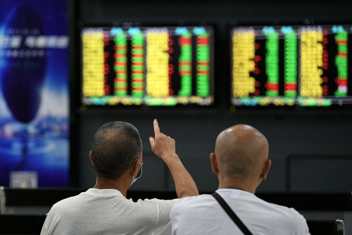 Investors check out the stock board on July 10 in Jiujiang, East China's Jiangxi Province.