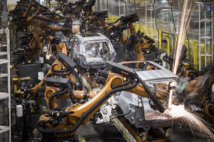 Robots work in the welding workshop at the Trumpchi Brand assembly line of Guangzhou Automobiles Corp. in Guangzhou on Nov. 1 2017. Photo: Bloomberg