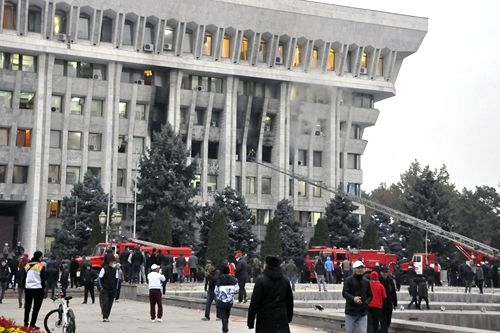 """吉尔吉斯斯坦反对派占领议会大厦 """"劫狱""""释放前总统"""