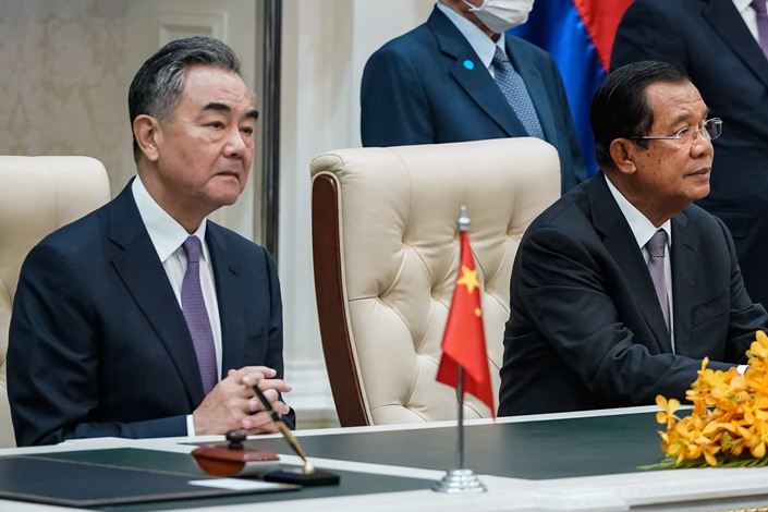 Chinese Foreign Minister Wang Yi and Cambodian Prime Minister Hun Sen attend a signing ceremony in Phnom Penh on Monday.