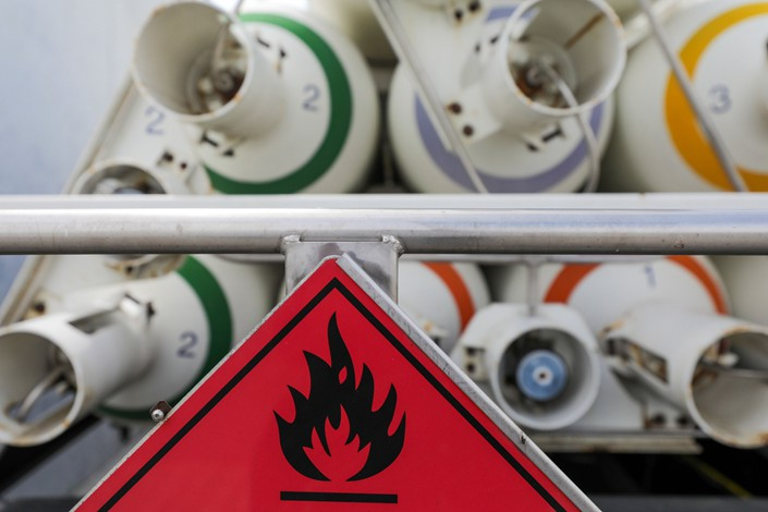 A sign warns of flammable chemicals near tanks of hydrogen at the hydrogen electrolysis plant at Energiepark Mainz, operated by Linde AG, in Mainz, Germany, on Friday, July 17, 2020. Photo: Bloomberg