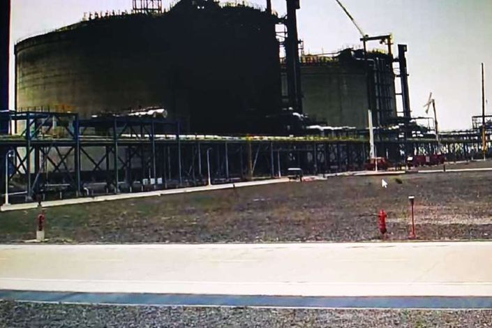 Damage covers much of the No. 2 storage tank on Monday at the LNG terminal at the port of Tieshan in Beihai, South China's Guangxi Zhuang Autonomous Region. Photo: Weibo account of the Guangxi Zhuang Autonomous Region Fire and Rescue Corps