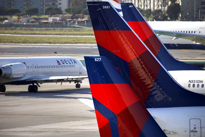 Delta Air Lines Inc. aircraft stand at Los Angeles International airport on April 5, 2018. Photo: Bloomberg