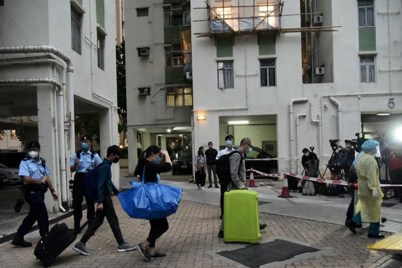 Residents of Tower 6, Regent Garden, Kowloon Bay, Hong Kong, take their luggage to the quarantine center on the afternoon of Dec. 10. Photo: China News Service