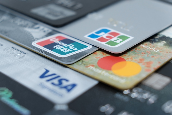 Smaller banks are expected to lower their credit card interest rates to grab customers from online lending platforms.