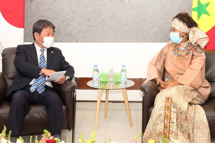 Japanese Foreign Minister Toshimitsu Motegi, left, meets with Senegalese Foreign Minister Aissata Tall Sall on Jan. 11. This was his second trip to Africa in as many months. Photo: Japan's Ministry of Foreign Affairs