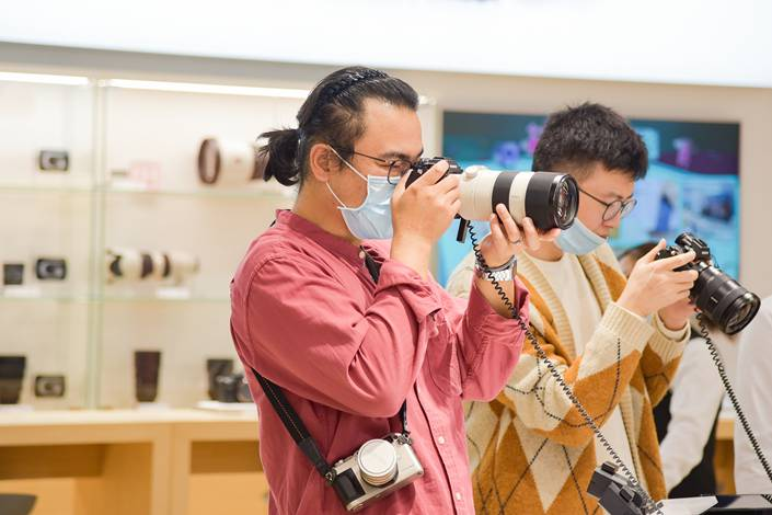 People check out electronics at a Beijing shopping mall on Oct. 3.