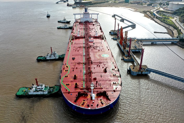 nullCrude oil gets offloaded at an oil terminal in East China's Zhejiang province.