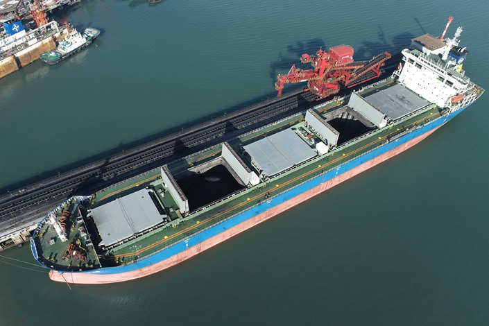 A freighter loaded with coal sits at the port on Dec. 31 of Lianyungang in East China's Jiangsu province. Photo: VCG