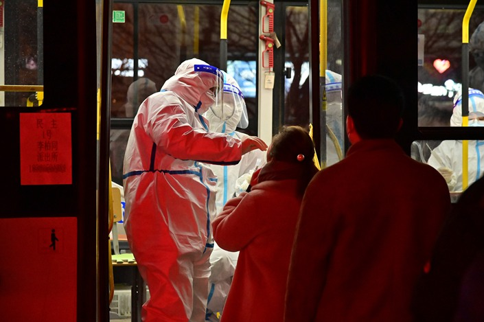 Residents take nucleic acid tests on a bus in Tonghua, Jilin province, Jan. 20. Photo: VCG