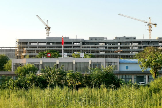 In an industrial park outside the central Chinese city of Wuhan, the site of chipmaker HSMC is now populated only by several idle cranes and three buildings in various stages of construction. Photo: VCG