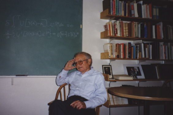 Nobel prize winning economist Paul Samuelson, 83, who died in 2009, sits for an interview at his office at the Massachusetts Institute of Technology on July 6, 1998. Photo: Courtesy of Wang Dingding