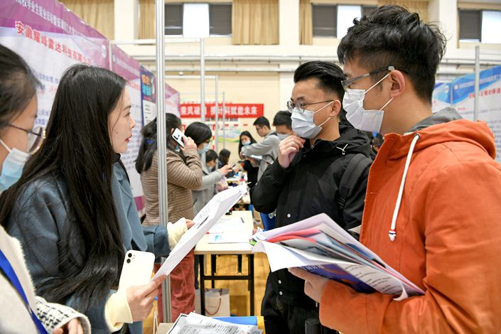 Graduates apply for jobs at a campus job fair in Huainan, East China's Anhui province, on Nov. 21, 2020. Photo: IC Photo