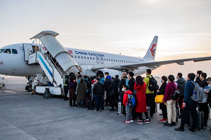 Passengers line up to board a plane at Xi'an Xianyang International Airport in Xi 'an, capital of northwest China's Shaanxi province, on Feb. 6. Photo: VCG
