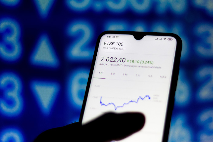 A person checks the FTSE 100 index on Jan. 4, 2020. Photo: VCG