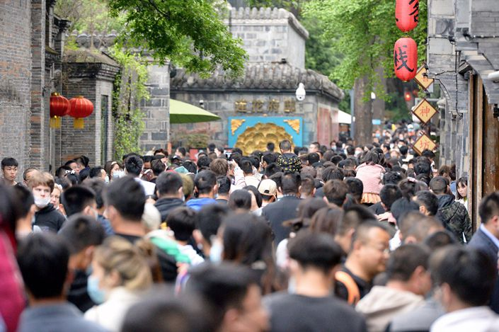 Tourists visit Kuanzhai Alley, a scenic spot in downtown Chengdu, capital of Southwest China's Sichuan Province, on Sunday during the annual Tomb-Sweeping Day holiday. Photo: VCG