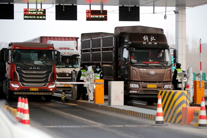 Chinese truckers have long complained of arbitrary or excessive fines for perceived infractions of traffic rules. Photo: The Paper