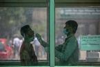 印度单日新增确诊首破20万人 全球疫苗供应紧缺|大流行手记(4月15日)