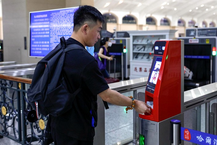 A passenger verifies his identity with a facial recognition scanner Tuesday at Harbin Railway Station in Harbin, Northeast China's Heilongjiang province. Photo: VCG