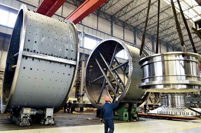 A Citic Heavy Industries worker assembles a batch of mine mill cylinders Monday for export in Luoyang, Central China's Henan province. Photo: VCG
