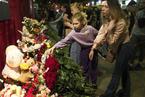 俄喀山学校枪击事件已致9人死亡 民众悼念死难者