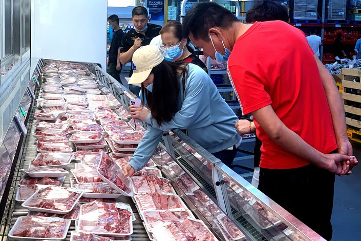 Shoppers pick out pork on May 3 at a supermarket in Fuzhou, East China's Fujian province. Photo: VCG
