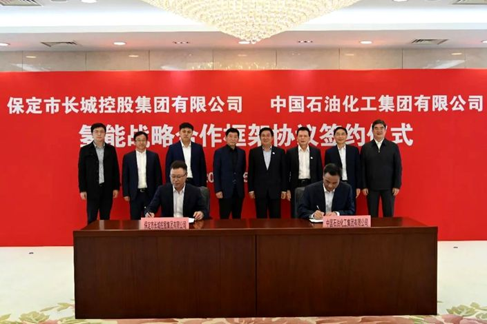 Representatives from Sinopec and Great Wall sign the cooperation agreement on May 12. Photo: Sinopec