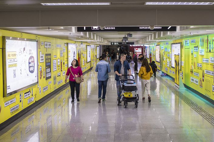People check out a public art project about jargon at a subway station in Chengdu, Southwest China's Sichuan province. Photo: VCG