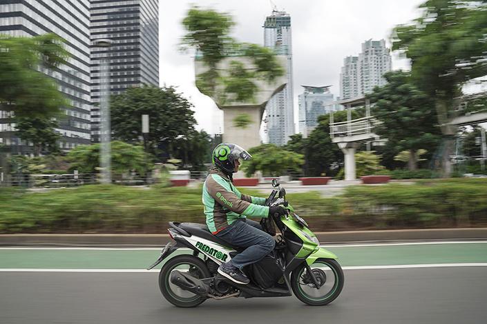 A Gojek rider on the street in Jakarta, Indonesia. Photo: VCG