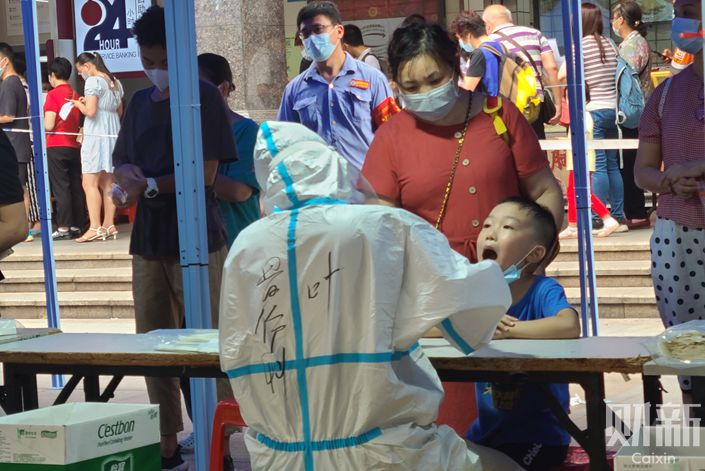 Residents of Guangzhou's Liwan district get tested for Covid-19 on May 25. Photo: Xiang Kai/Caixin