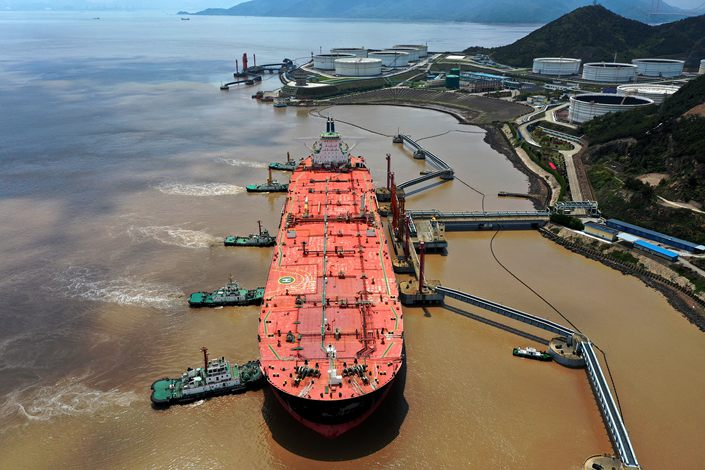 A 320,000 ton oil tanker docks at a crude oil terminal in Zhoushan, East China's Zhejiang province, on April 10. Photo: VCG