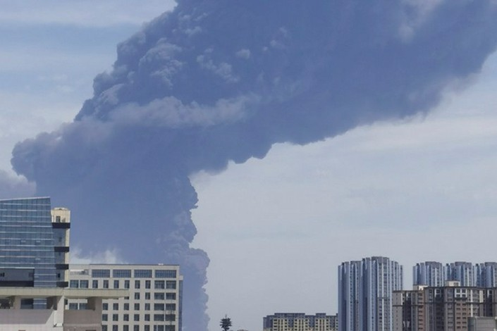 The fire at Hoshine's facility sends smoke streaming across the skyline of Shihezi, Northwest China's Xinjiang Uyghur autonomous region, on Tuesday. Photo: Screenshot from Jimu News