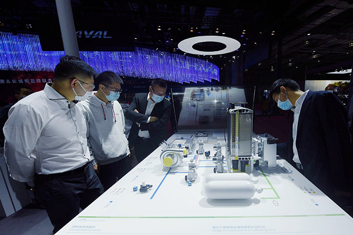 Attendees check out hydrogen fuel-cell technology at the Shanghai Auto Show on April 19. Photo: VCG