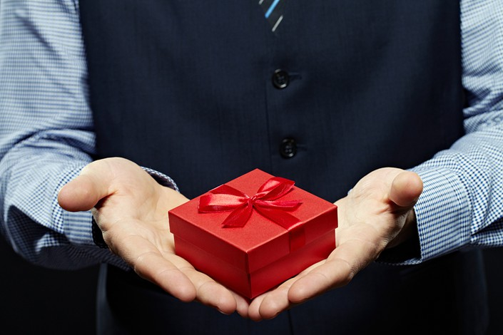 Giving gifts strikes one economist as a frustratingly inefficient exercise. Photo: VCG