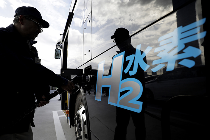 A worker refuels a Toyota hydrogen-powered car model in Tokyo in January 2020. Photo: VCG