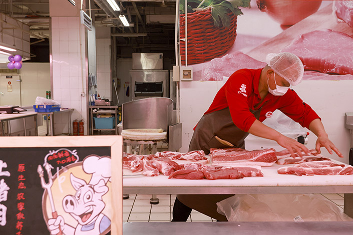 A supermarket worker sorts cuts of pork on June 9 in Taiyuan, North China's Shanxi province. Photo: VCG