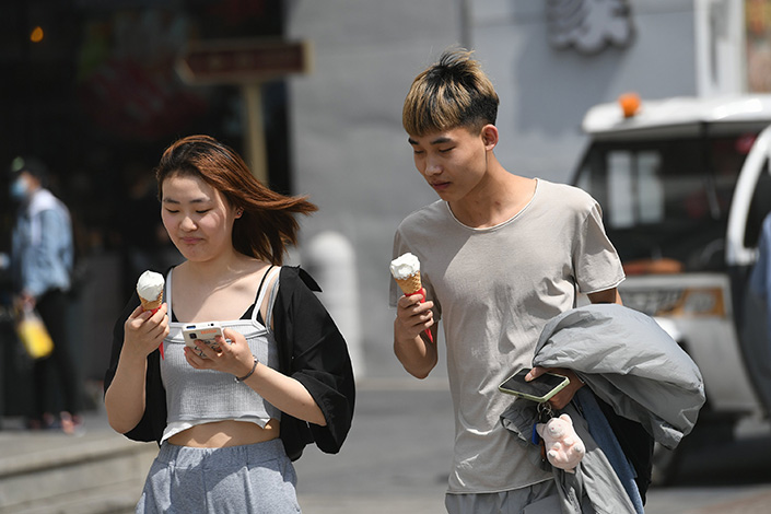 Two people eat ice cream in Shenyang, Northeast China's Liaoning province, on a hot April day. Photo: VCG
