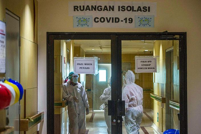 Medical staff on duty at Surabaya Hospital in East Java, Indonesia on Thursday. Photo: VCG