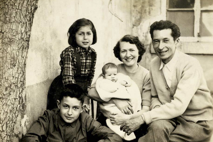Léon Hoa (right) and his family pose for photos in Wuliangda Hutong, Beijing, in 1954.