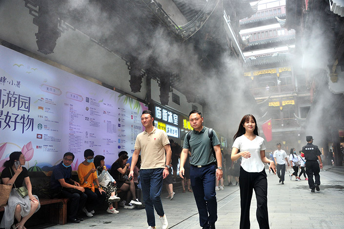 The popular tourist site Yuyuan Garden in Shanghai has installed machines that spray a cool mist on visitors amid the ongoing heat wave in the city. Photo: VCG