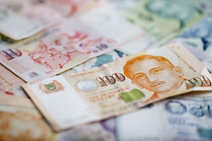 The image of Yusof Ishak, former president of Singapore, is displayed on a Singapore 100 dollar banknote in an arranged photograph in Bangkok, Thailand, on Sept. 18, 2015.  Photo: Bloomberg