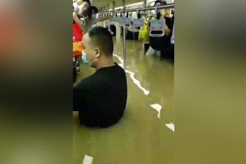 郑州暴雨地铁隧道内被淹 12人经抢救无效死亡